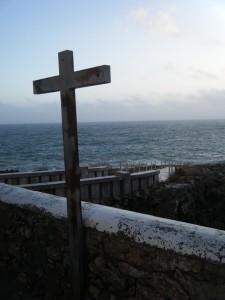Croix solitaire faisant face à l'océan