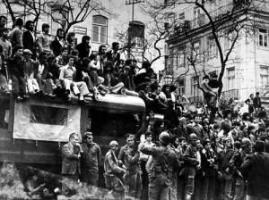 Le peuple et l'armée attendent la rédition du dictateur Marcelo Caetano